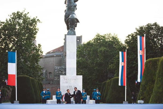 Macron, Vučić laid wreaths at the monument of Gratitude to France
