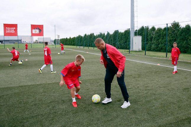 Ves-Braun-sa-polaznicima-Mančester-junajted-Škole-fudbala